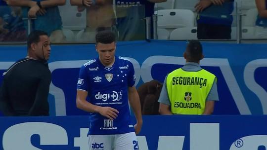 Edílson cruza da direita, Marquinhos Gabriel toca para o gol, mas Omar espalma