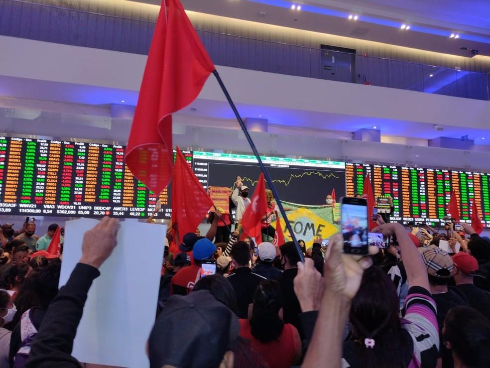 MTST invade a Bolsa de Valores na capital paulista — Foto: Vivian Reis/G1