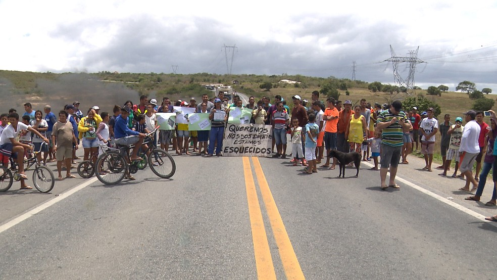 Manifestantes fazem protesto e interditam por 3 horas a BR-230, em Campina Grande (Foto: Reprodução/ TV Paraíba)