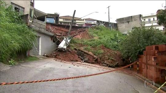 Deslizamento de terra leva calçada e muro em rua de Caieiras; veja vídeo