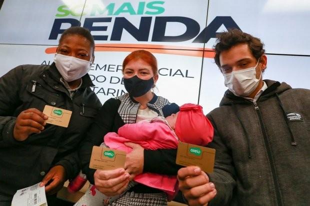 SC inicia distribuição de cartões do auxílio emergencial estadual