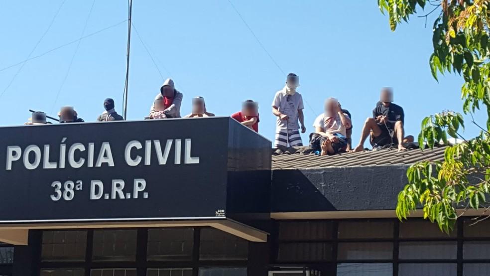 Durante rebelião em Cadeia Pública de Santo Antônio da Platina presos foram feitos reféns e levados para o telhado da unidade, neste sábado (21) (Foto: PM-PR/Divulgação)