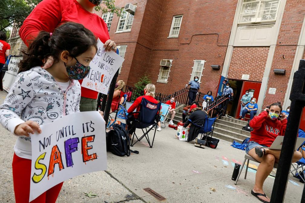 14 de setembro - Protesto contra a reabertura das escolas em meio ao surto de coronavírus (Covid-19), no bairro do Brooklyn, em Nova York — Foto: Brendan McDermid/Reuters