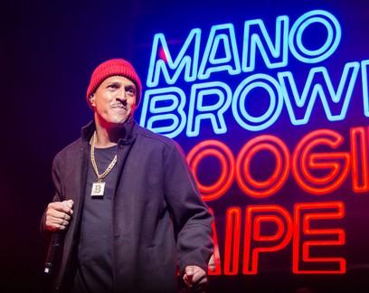 O que faz o podcast apresentado pelo rapper Mano Brown ser o mais ouvido do Brasil?