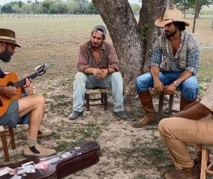 Almir Sater toca e canta para Renato Góes. Thomaz Cividanes e Fabio Neppo em Corumbá (MS) | Reprodução/Facebook