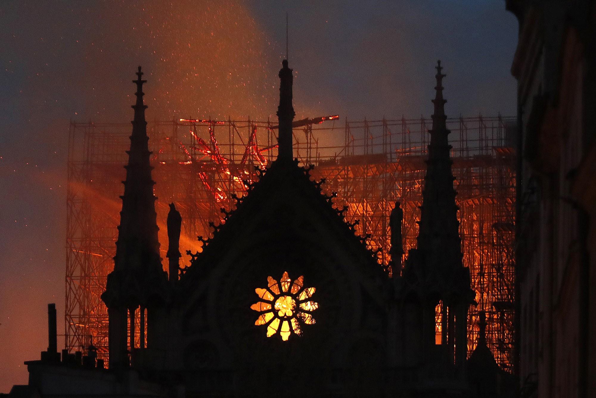 Vendas do livro 'O corcunda de Notre-Dame' disparam na França após incêndio em catedral