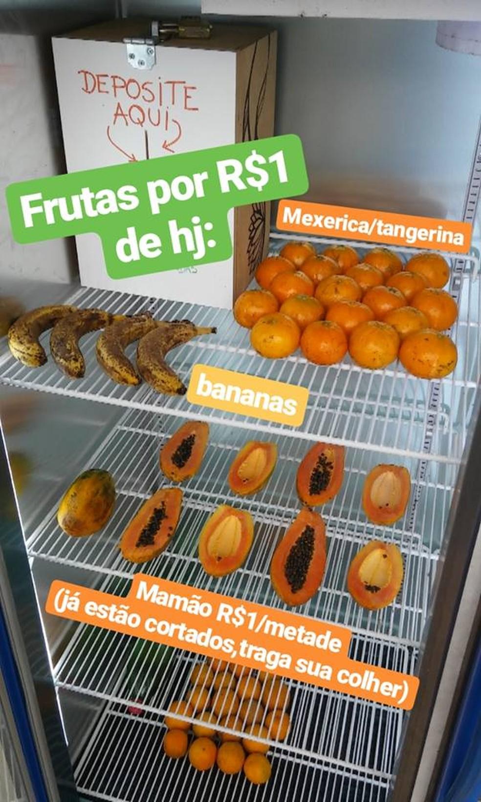 A geladeira que fica no campus da Unesp em Bauru tem os produtos etiquetados com o valor e a caixa, onde o dinheiro deve ser depositado  — Foto: Arquivo Pessoal
