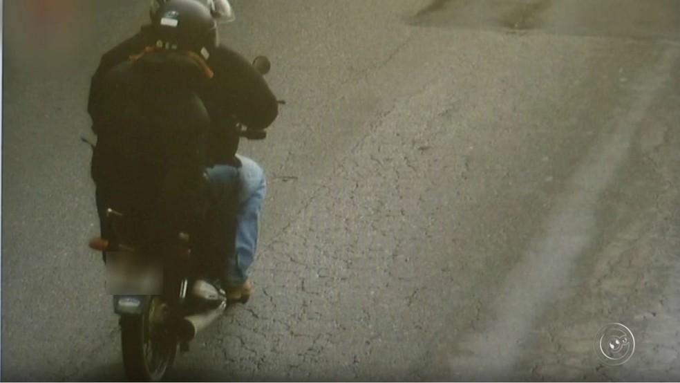 Ladrão tentou esconder placa de moto emprestada usada no roubo a lotérica em Jundiaí  (Foto: Reprodução/TV TEM)