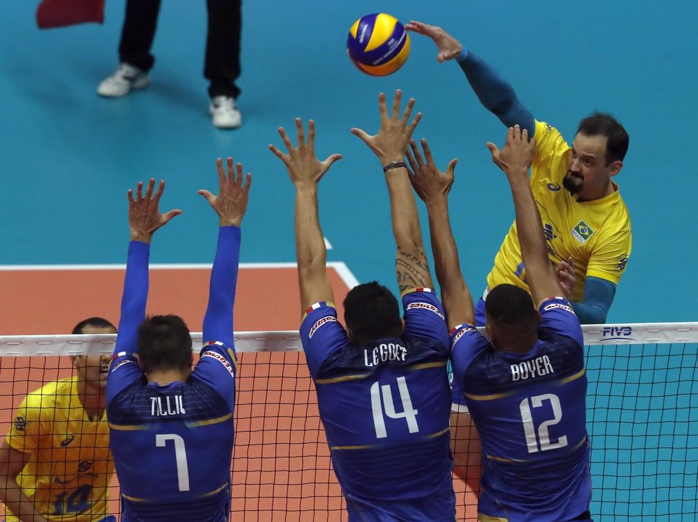 Lipe dá novo ânimo para seleção em início incrível contra a França — Foto: FIVB