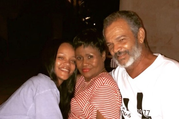 Rihanna com os pais, Monica Braithwaite e Ronald Fenty (Foto: Reprodução/Instagram)
