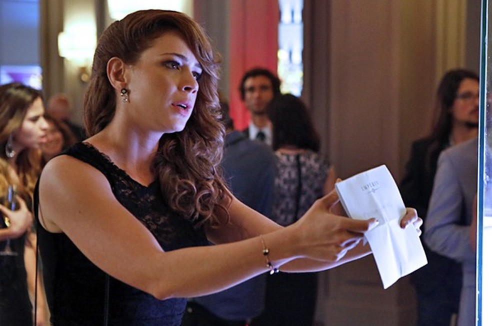 Cristina (Leandra Leal) mostra a José Alfredo (Alexandre Nero) o convite que recebeu para a festa - 'Império' — Foto: Globo