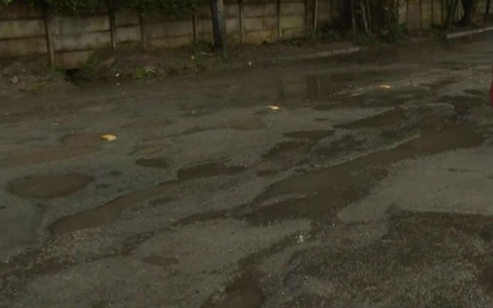 Moradores reclamam de rua cheia de buracos no bairro do Imbuí, em Salvador: 'Perigoso'