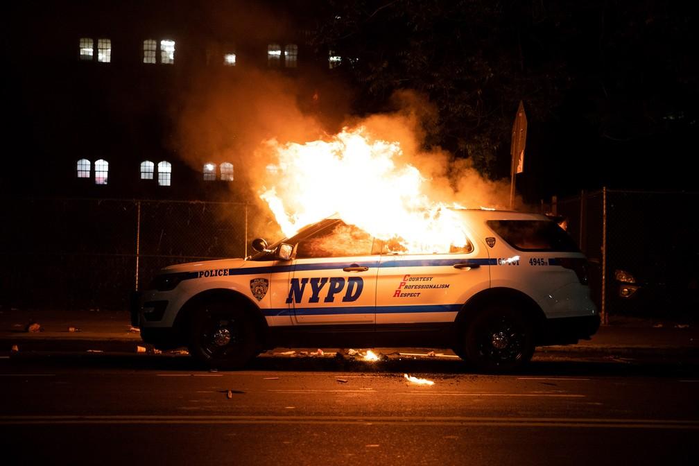 Um carro da polícia de Nova York é incendiado durante confronto de manifestantes com a polícia após marcha contra a morte de George Floyd no bairro de Brooklyn, em Nova York, no sábado (30) — Foto: Jennah Moon/Reuters