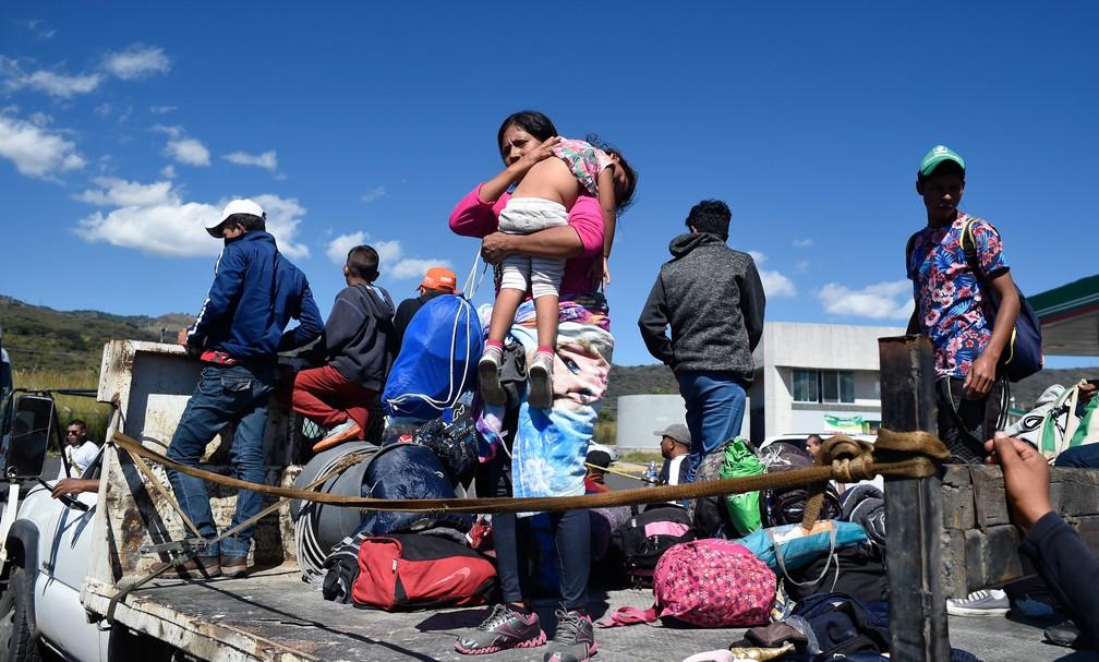 Migrantes de países da América Central embarcam na terça-feira (13) em caminhão em Ixtlan del Rio, no estado mexicano de Nayarit, para seguir para Escuinapa, em Sinaloa — Foto: Alfredo Estrella / AFP