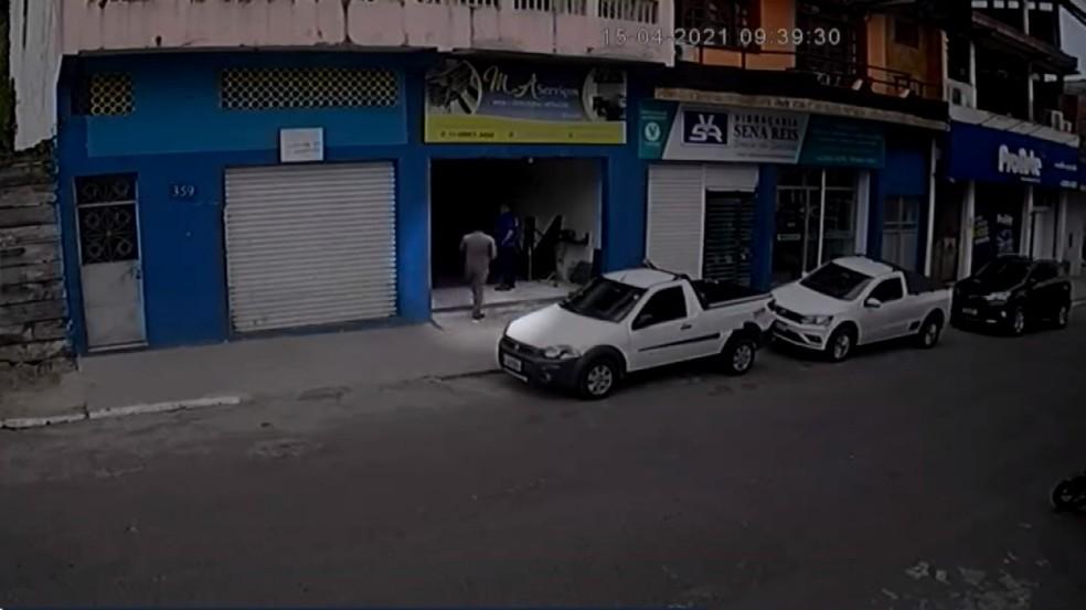 Câmeras de segurança flagram homem roubando carro em Itabuna, sul da Bahia — Foto: Reprodução/TV Bahia