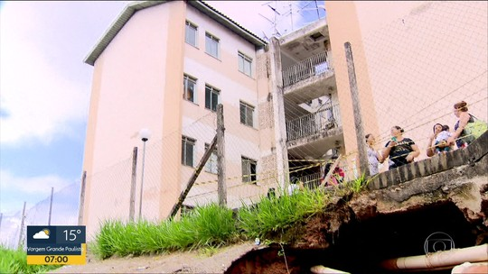 Cratera ameaça 'engolir' prédios populares na Grande SP; veja vídeo