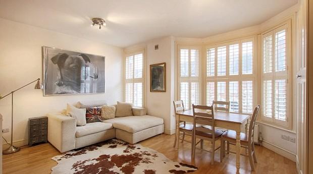 O imóvel é um flat que conta com um quarto, uma varanda e uma área ao ar livre (Foto: Divulgação)