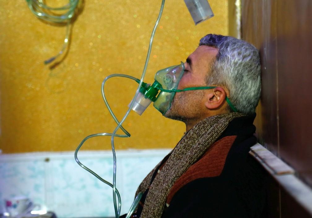 Homem é visto em clínica médica com máscara de oxigênio após suposto ataque químico em Guta Oriental em janeiro (Foto: Hasan Mohamed/AFP)