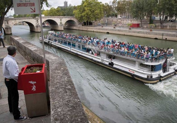 Urinol à vista em Rua de Paris, próximo a Rio (Foto: BBC)