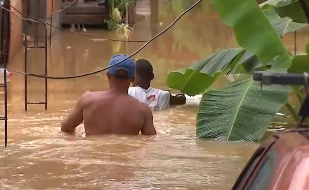 Diversos bairros de Lauro de Freitas ficaram embaixo d'água — Foto: Reprodução/TV Bahia