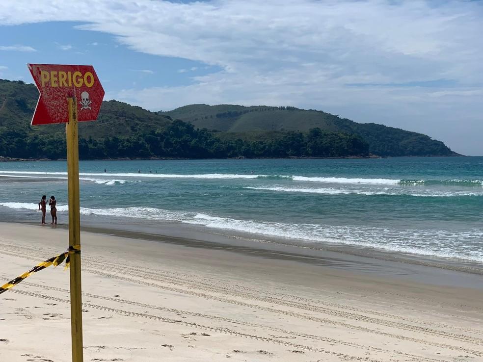 Adolescente morre afogado e irmão desaparece no mar na Praia de Maresias — Foto: João Mota/TV Vanguarda