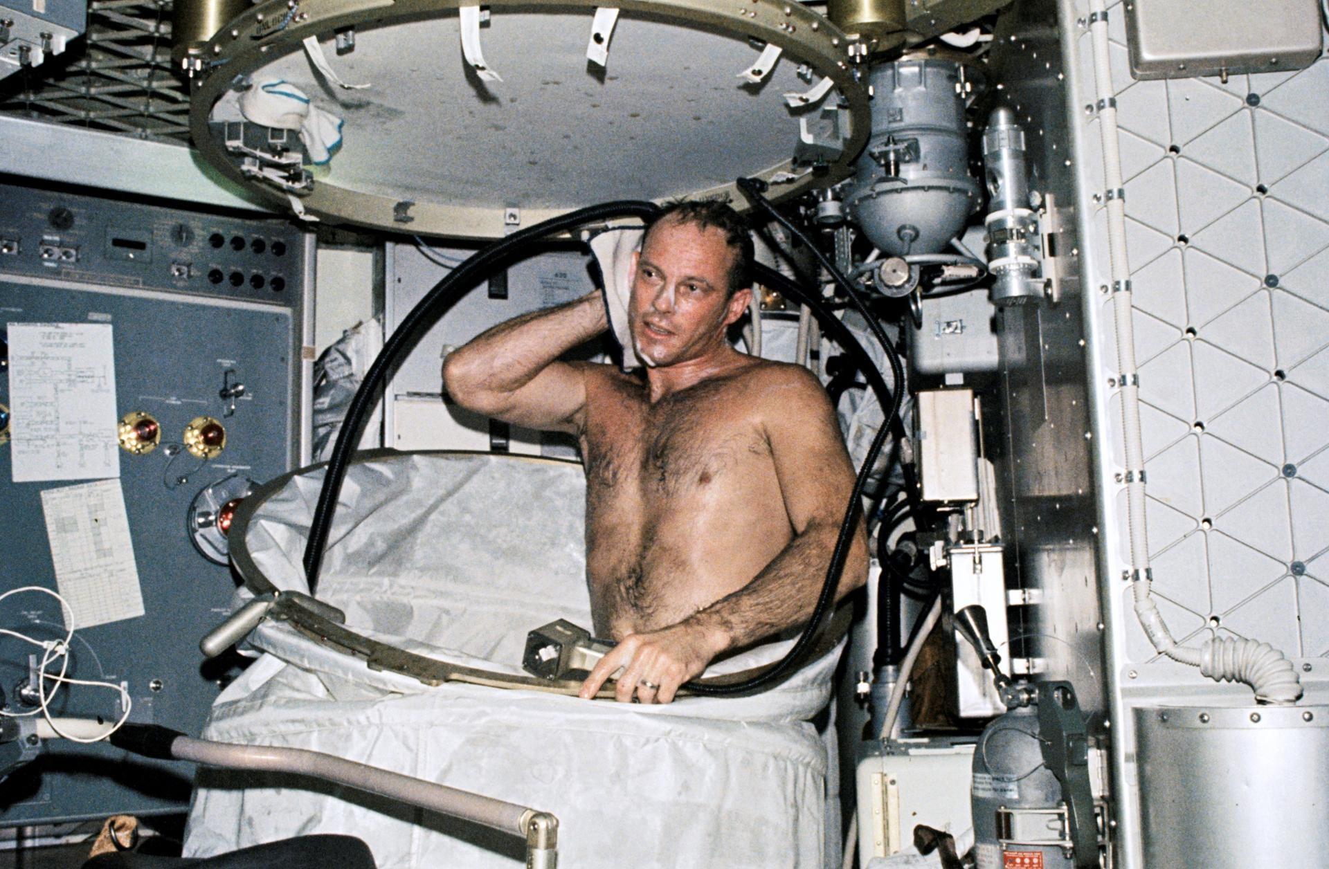Astronauta  Jack R. Lousma, piloto da Skylab 3, toma banho na Orbital Workshop (OWS) da estação espacial Skylab (Foto: NASA)