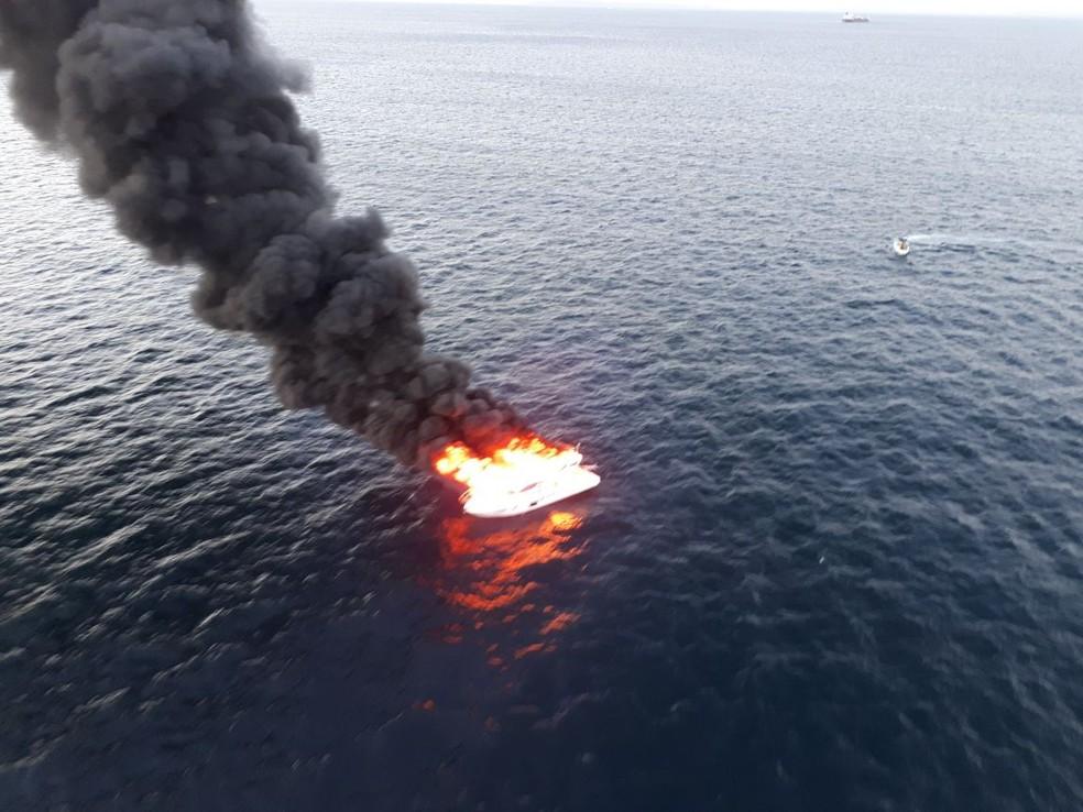 Lancha pegou fogo no mar, entre o Farol e o Porto da Barra (Foto: Graer/ Divulgação)