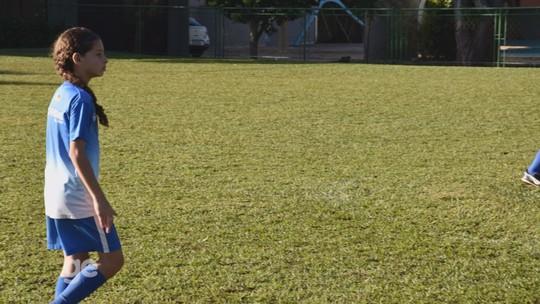 Menina joga futebol entre garotos para seguir os passos de Marta; conheça a história de Amanda