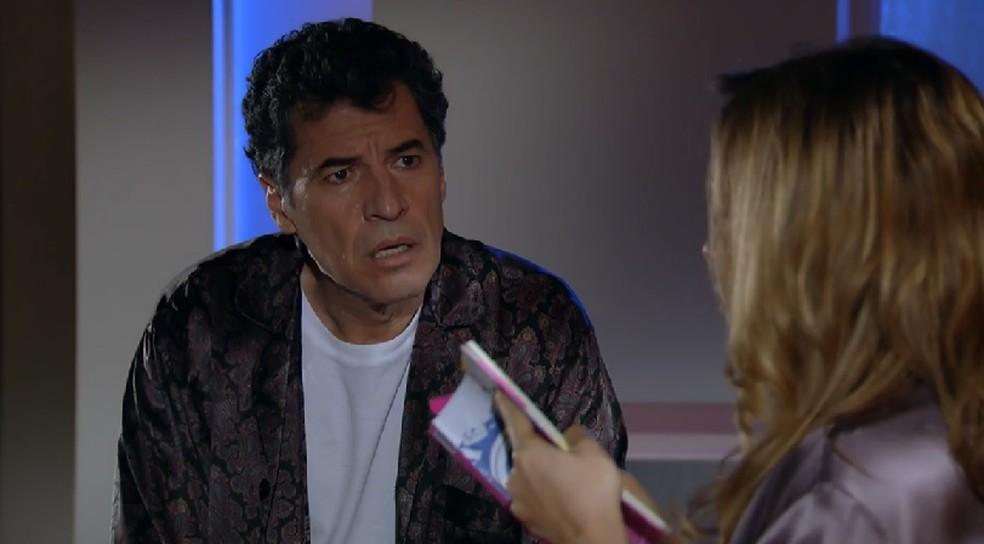 Jonas (Paulo Betti) fica surpreso com a greve de sexo de Cris (Regiane Alves) em 'A Vida da Gente' — Foto: Globo