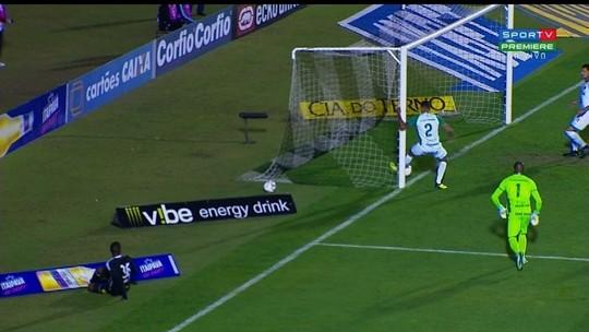 No limite! Bola percorre a linha, e árbitro assinala gol do Figueirense