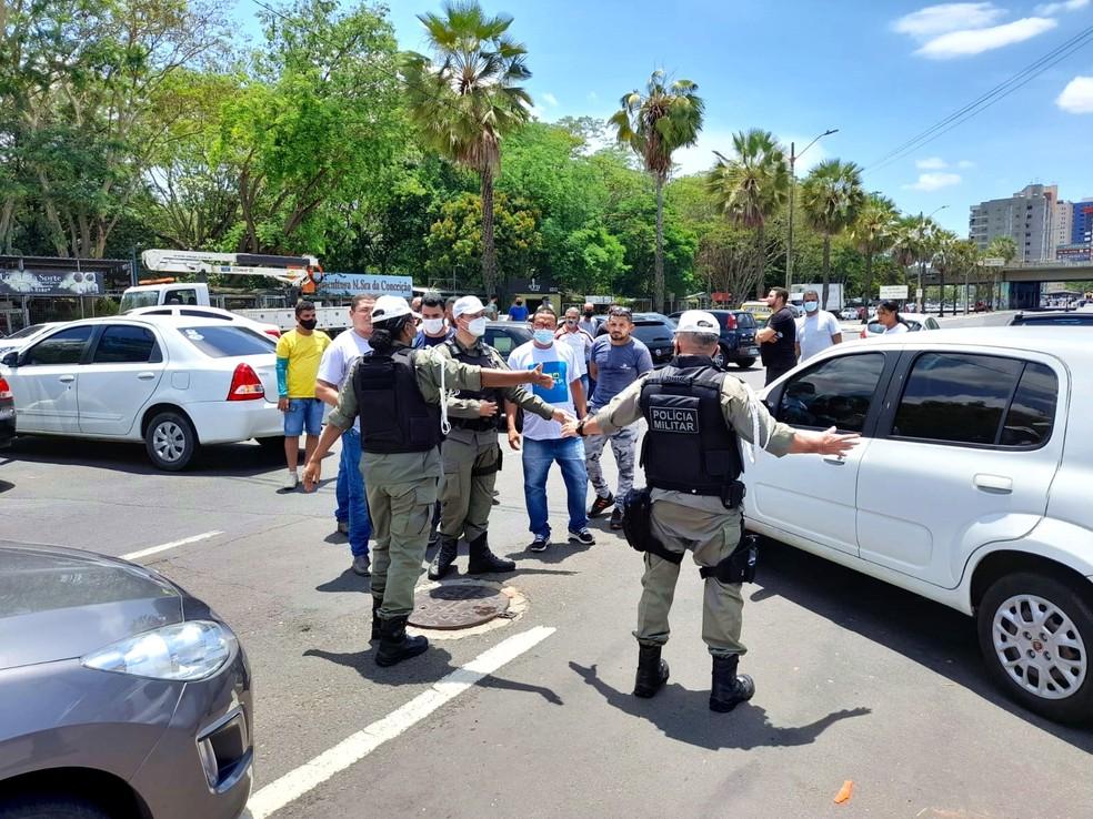 Polícia Militar tentar organizar o trânsito na Avenida Marechal Castelo Branco em Teresina — Foto: Jonas Carvalho/TV Clube