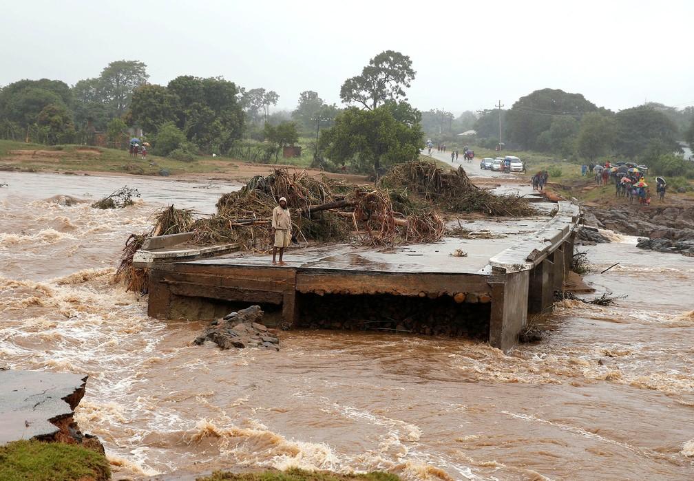 Homem observa a água da beira de uma ponte sobre o rio Umvumvu destruída pela passagem do ciclone Idai em Chimanimani, no Zimbábue — Foto: Philimon Bulawayo/Reuters