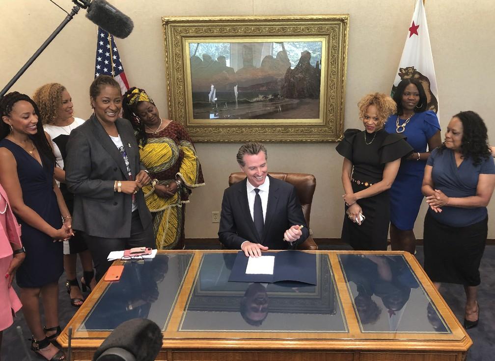 Gavin Newsom, o governador democrata da Califórnia, ao sancionar a lei. — Foto: Kathleen Ronayne/AP