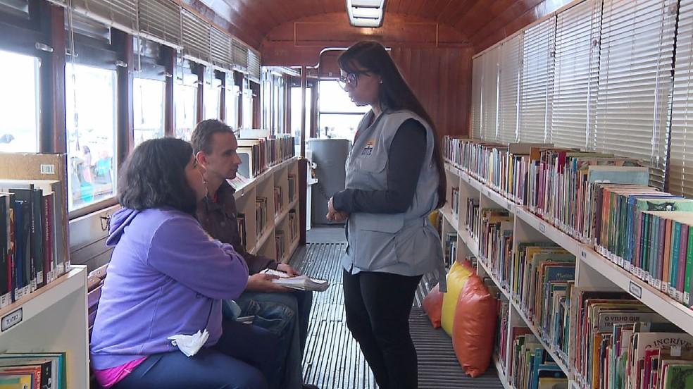 Cartão postal do Centro de Curitiba, Bondinho da Rua XV voltou a funcionar com empréstimo de livros e atividades de incentivo à leitura — Foto: Reprodução/RPC