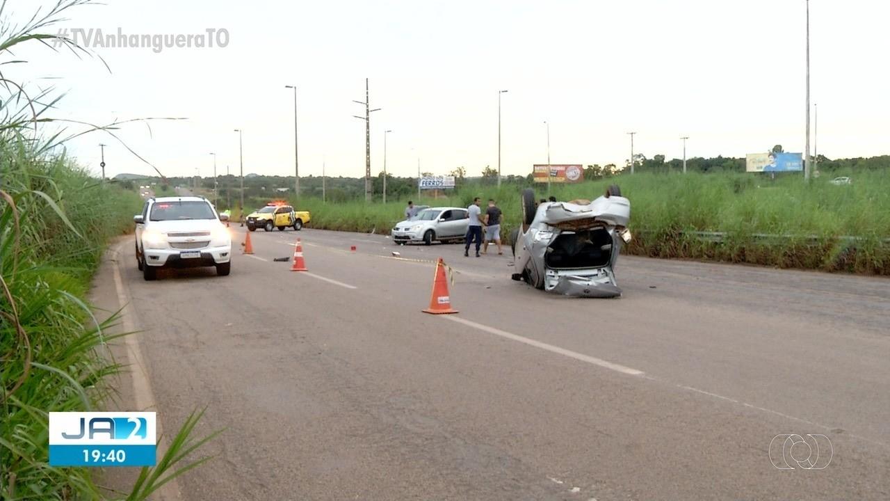 Carro capota na TO-050 em Palmas e motorista sai ileso do acidente