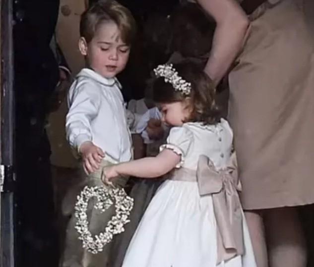 Charlotte e George no casamento da tia materna, Pippa Middleton (Foto: Reprodução/Youtube)