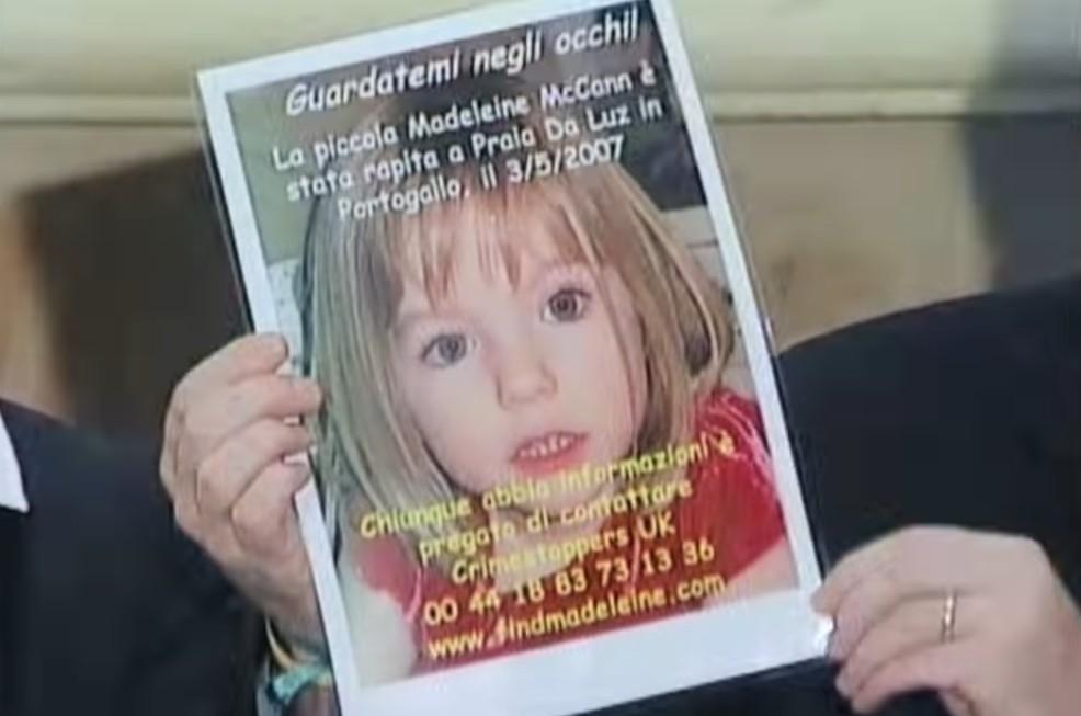 Um cartaz anunciando o desaparecimento da garotinha Madeleine McCann em cena do documentário sobre o ocorrido (Foto: Reprodução)