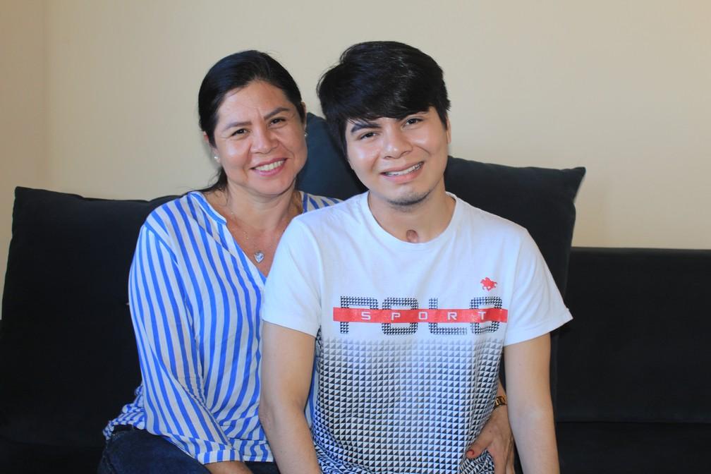 Zuleide Gomes e Breno Seade, mãe e filhos que lutam diariamente em busca da recuperação pós Síndrome de Guillain-Barré (Foto: Geovane Brito/G1)