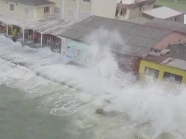 Morador registra ondas atingindo comércio perto do Pico de Matinhos