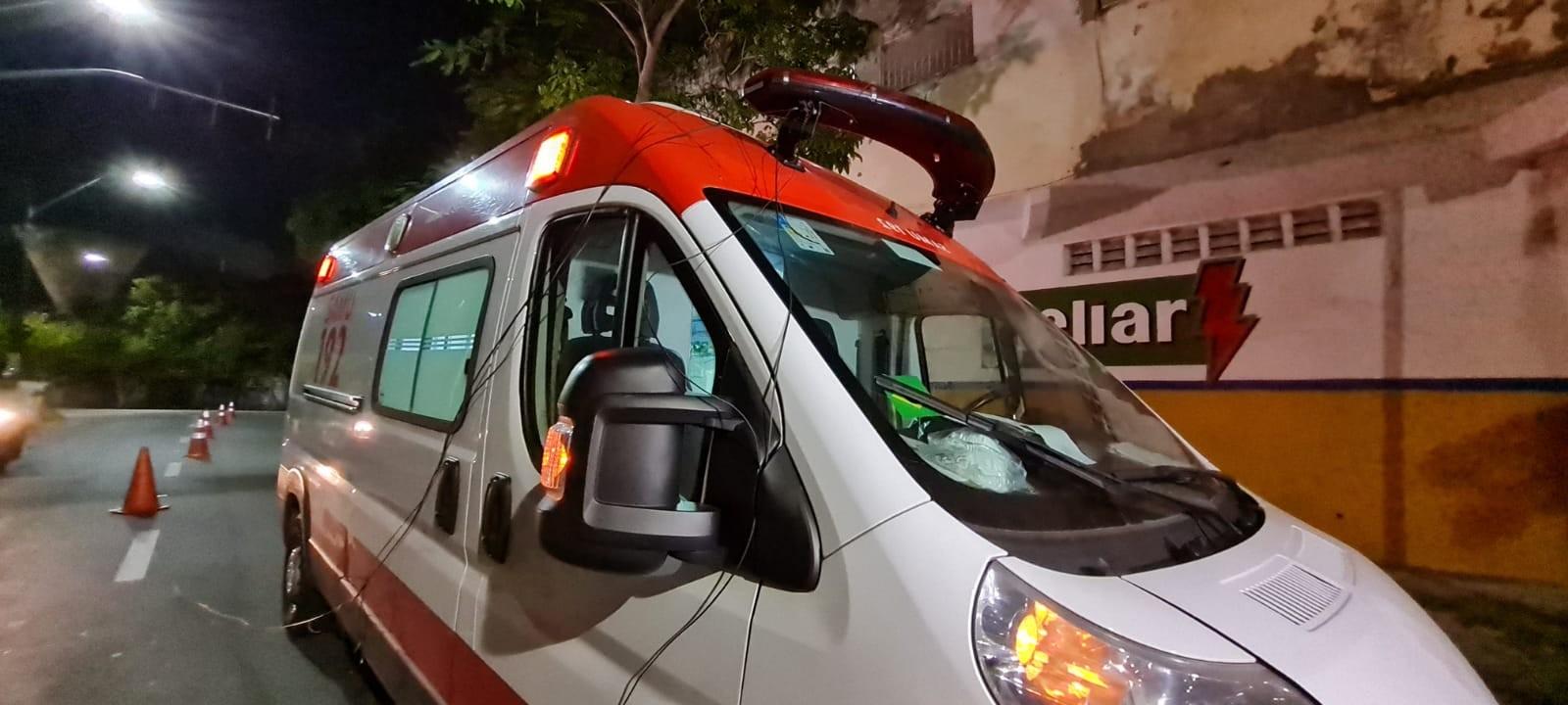 Fios caem sobre ambulância do Samu após ônibus arrancar cabos de poste, em Fortaleza