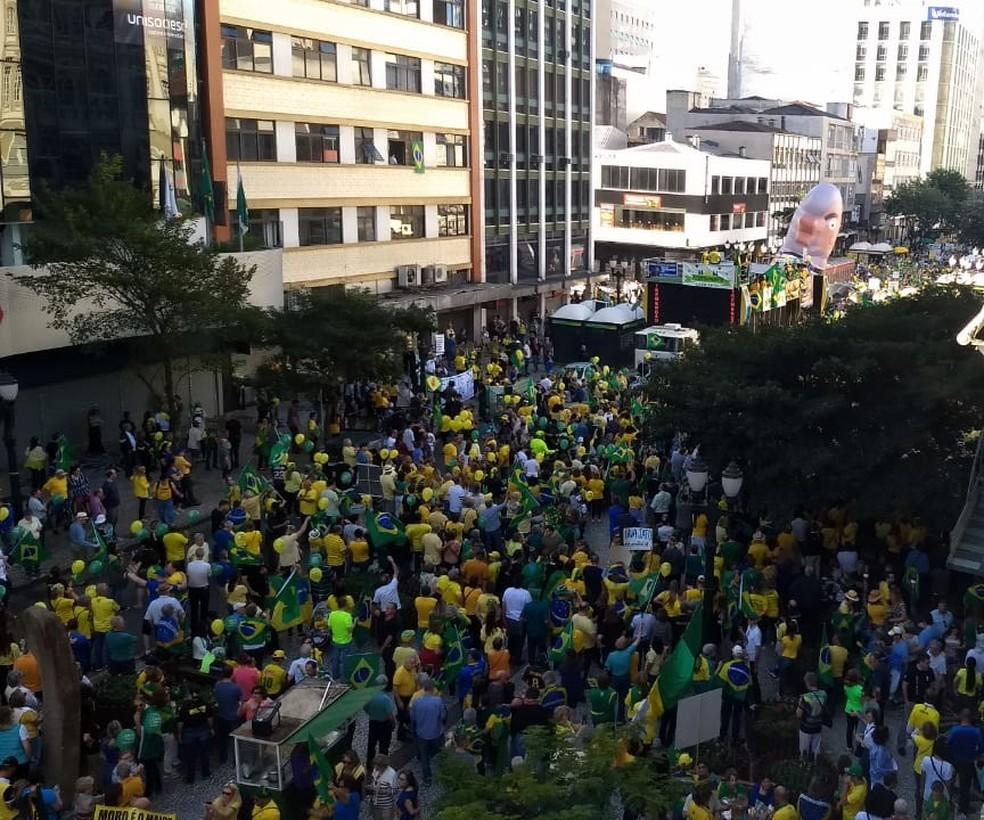 CURITIBA, 15h30: Manifestantes se reúnem na Boca Maldita, no Centro de Curitiba, em ato pró-Lava Jato. — Foto: Marcelo Rocha/RPC