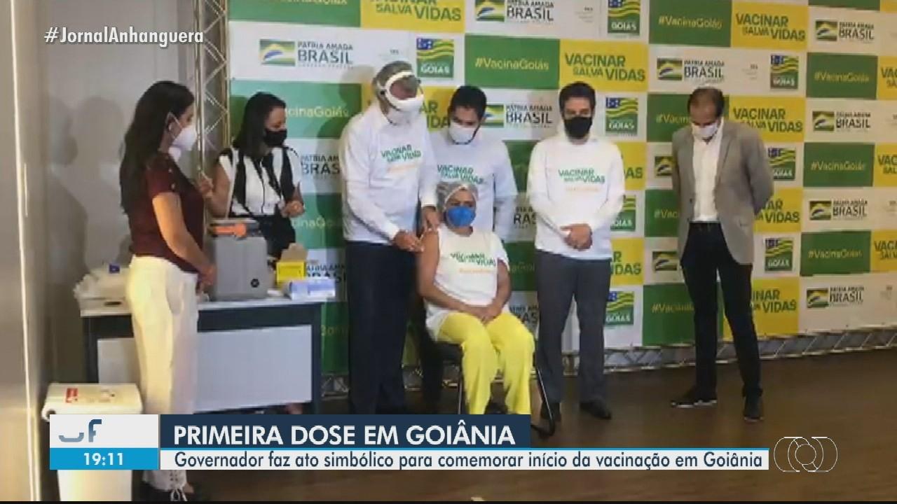Técnica de enfermagem é a 1ª profissional da saúde a ser vacinada em Goiás