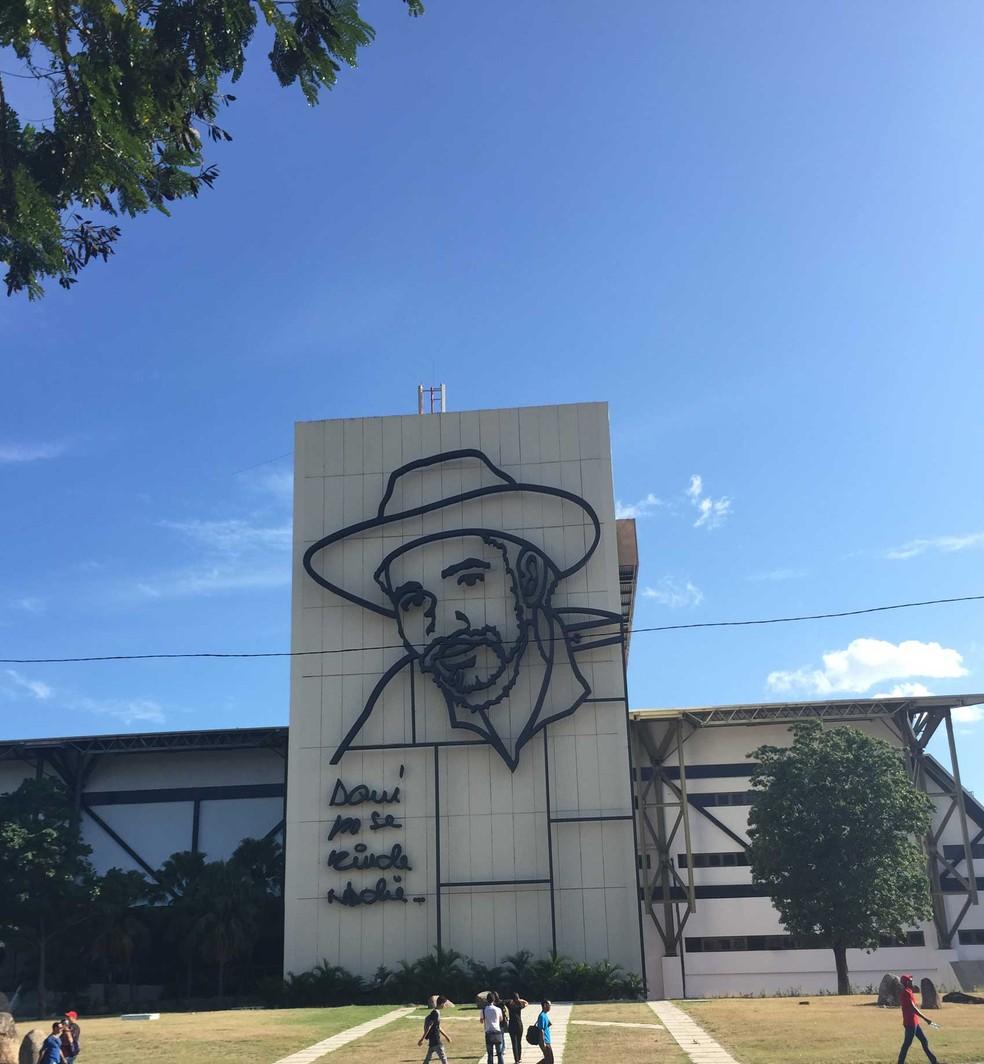 'Aqui ninguém se rende', diz monumento sobre a Revolução Cubana, em Santiago de Cuba (Foto: Letícia Macedo/ G1 )