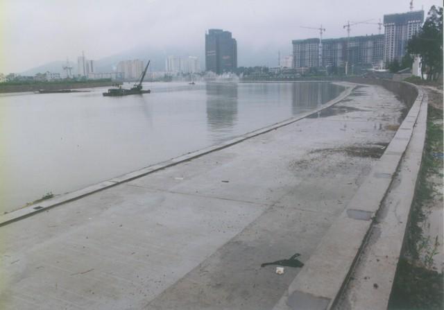 O Rio Yongningantes da construção de um parque alagável na cidade chinesa de Taizhou... — Foto: Turenscape/Divulgação