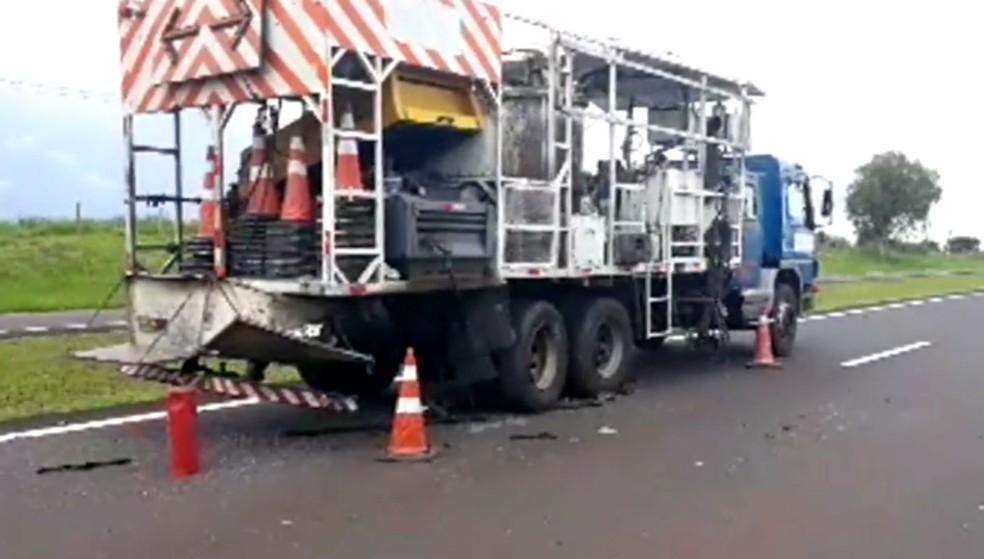 Caminhão da concessionária fazia serviços de pintura e sinalização na Rodovia Raposo Tavares — Foto: Sidney Fernandes/Rádio Difusora