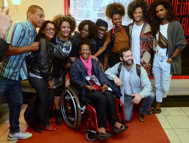 Ruth de Souza posa com atores e convidados (Foto: Webert Belicio/AgNews)