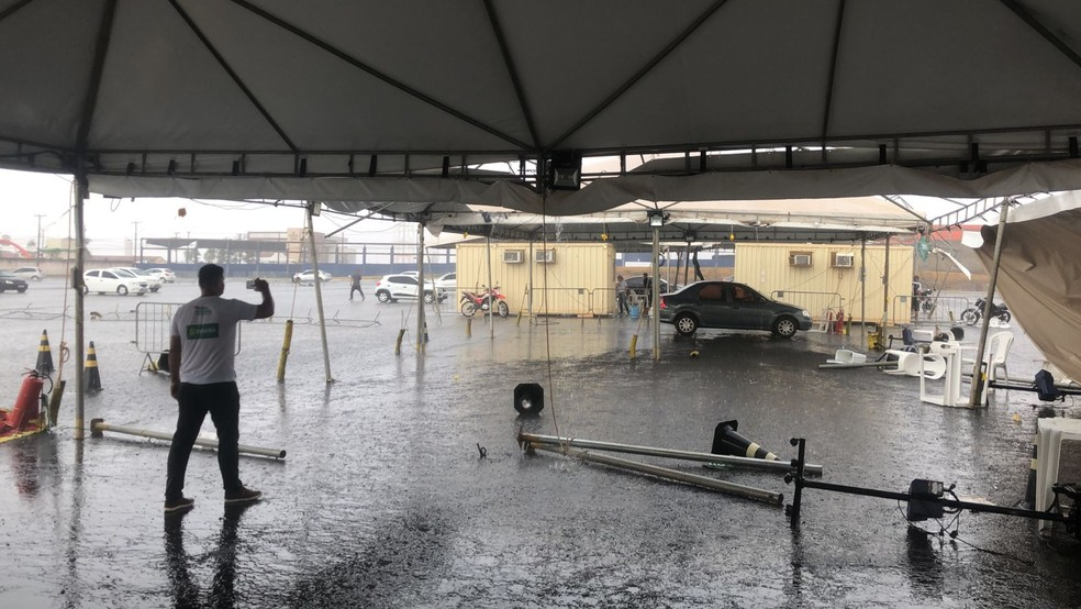 Drive thru da vacina é completamente destruído em Cuiabá  — Foto: Reprodução
