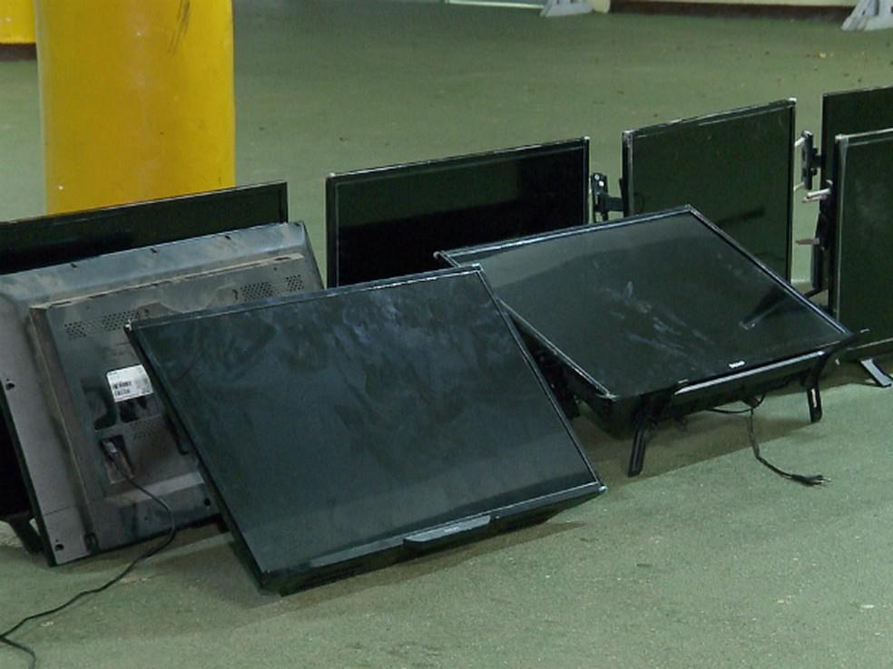 11 televisões já tinham sido retiradas, de acordo com a Guarda Municipal (Foto: Reprodução/RPC)