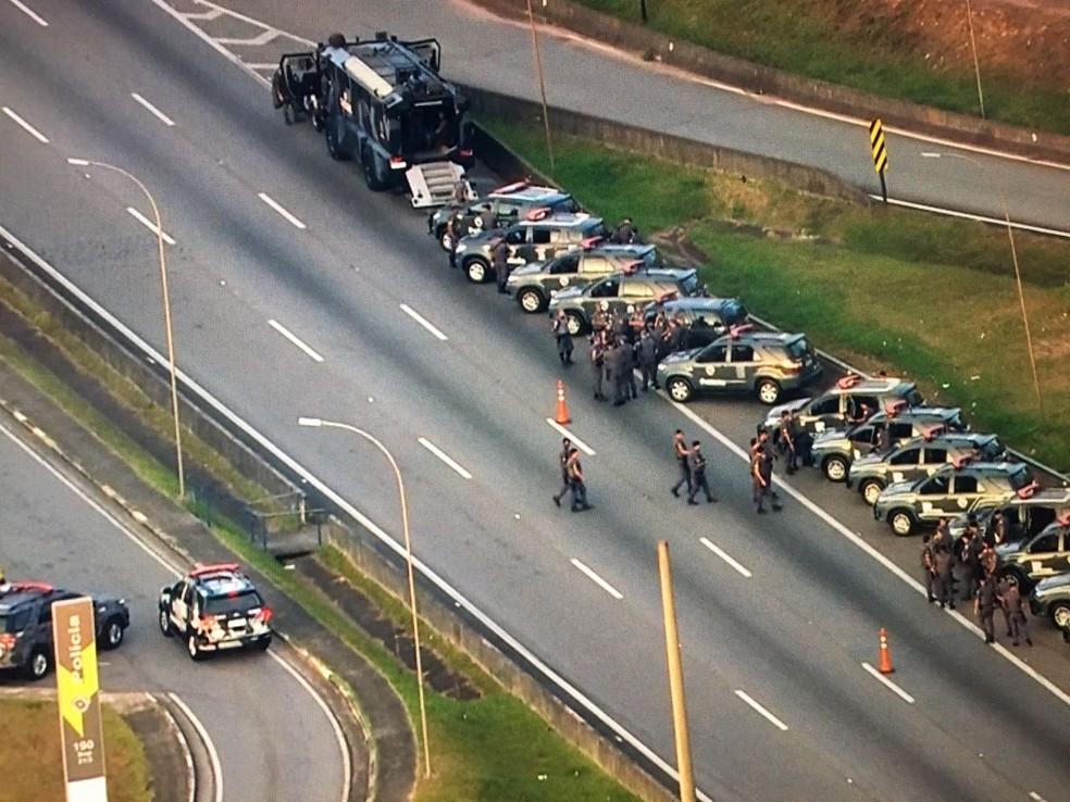 Policiais do Choque chegam ao Rodoanel onde pista está interditada pelos caminhoneiros (Foto: Reprodução/TV Globo)