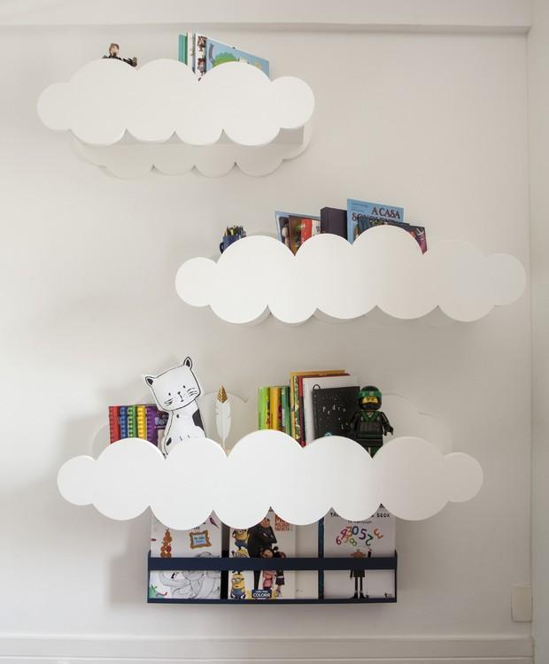 Nuvens dão formato às prateleiras, sendo mais uma forma lúdica de criar espaços para armazenar os pertences das crianças, dentro do tema astronômico (Foto: Adriana Barbosa/ Divulgação)